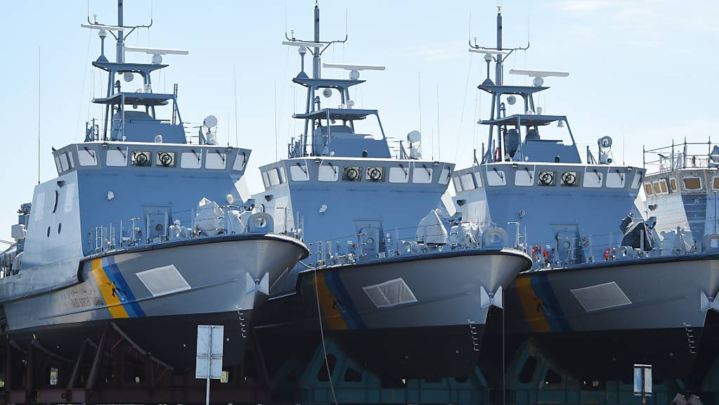 ARCHIV - Patrouillenboote, die ursprünglich für Saudi-Arabien gebaut wurden, liegen auf dem Werftgelände der zur Lürssen-Werftengruppe gehörenden Peene-Werft. erlaubt. (Zu dpa «Deutsche Rüstungsexporte in Milliardenhöhe in Krisenregion Nahost») Foto: Stefan Sauer/dpa