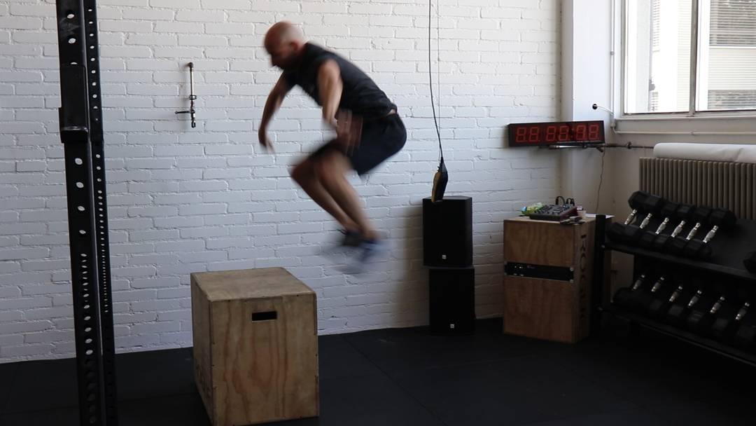 Fabio Marchesan, Geschäftsführer des Crossfit Baden, zeigt, wie man sich in einer Crossfit-Box fit halten kann