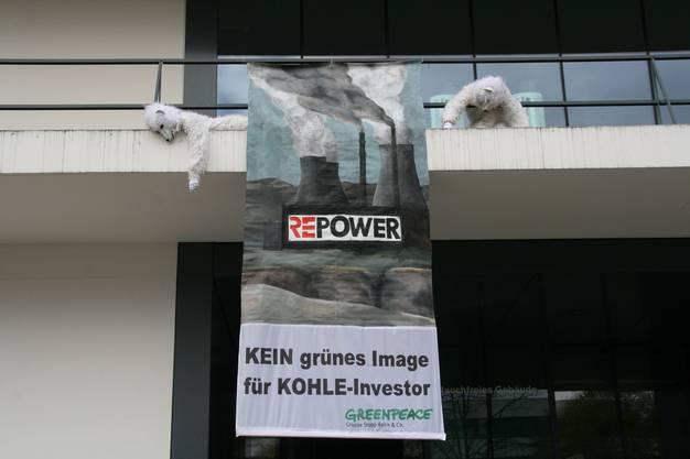 Im Herbst 2010 hängt ein Trans-parent an der Fassade des Trafozentrums in Baden. Vor einem Energiekongress kritisiert Greenpeace die Bündner Firma Repower, die in Italien und Deutschland Kohlekraftwerke realisieren wollte.