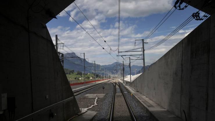 Mit dem heutigen Fahrplanwechsel wird der 57 Kilometer lange Gotthard-Basistunnel nach 17 Jahren Bauzeit feierlich in den regulären Fahrplan aufgenommen.