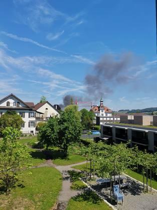Eine schwarze Rauchwolke steigt auf.