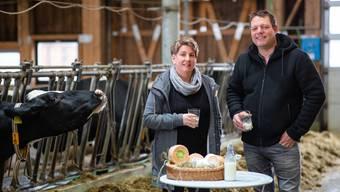 Bernhard und Regina Wyss trinken gerne Milch. Ein Teil wird zu Käse verarbeitet, der am Markt in Solothurn verkauft wird.