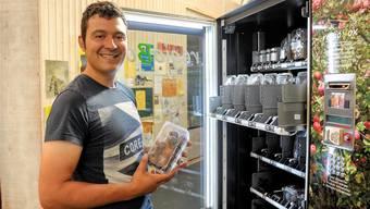 Benjamin Meier aus Metzerlen betreibt den ersten Obstautomaten in der Basler Markthalle.