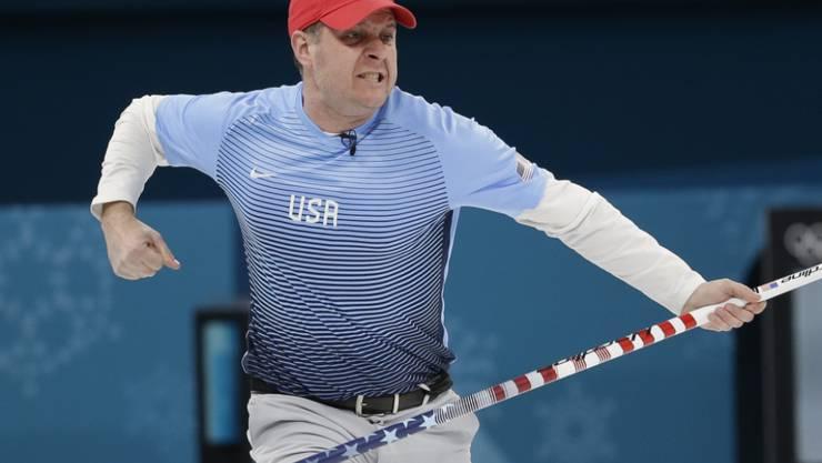 US-Skip John Shuster quittiert seinen Stein zum entscheidenden Fünferhaus