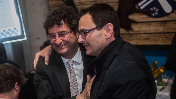 Wie beste Freunde: Der neu gewählte CVP-Staatsrat Raffaele De Rosa umarmt den abgewählten Parteikollegen Paolo Beltraminelli (l.).
