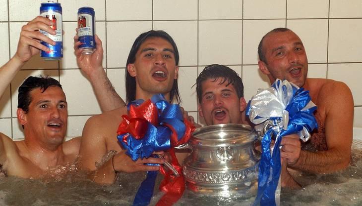 Die Basler Spieler Philippe Cravero, Hakan Yakin, Mario Cantaluppi und Massimo Ceccaroni (von links nach rechts) feiern den Cupsieg gegen die Grasshoppers. Nach Verlängerung gewann der FC Basel mit 2:1.