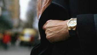 Die beiden Täter hatten es auf die Armbanduhr abgesehen. (Symboldbild)