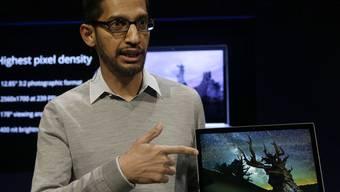 Google-Manager Sundar Pichai präsentiert den neuen Laptop