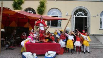 Die Theatergruppe Fahr.Werk.ö im BallyPark mit dem Stück «SCHUH… be or not!?»