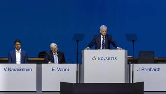 Von links nach rechts: CEO Vas Narasimhan, VR-Vizepräsident Enrico Vanni und VR-Präsident Jörg Reinhardt an der Generalversammlung von Novartis in der St. Jakobshalle in Basel.