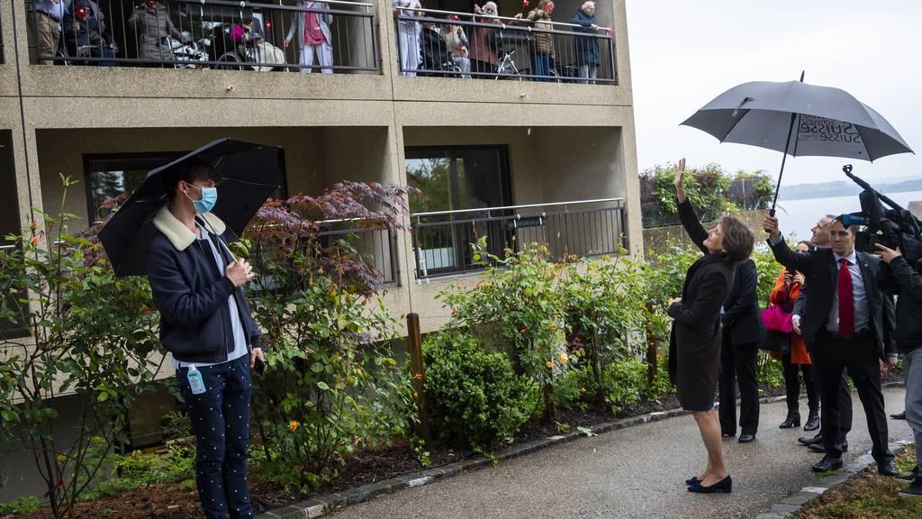 Der Kontakt zu den Altersheim-Bewohnern war nur über die Balkone möglich.