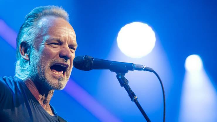 Erst in Montreux auf der Konzertbühne, später in Düsseldorf beim Barbier: Musiker Sting. (KEYSTONE/Jean-Christophe Bott)