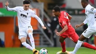 Leipzigs Tyler Adams im Zweikampf mit Augsburgs Schweizer Ruben Vargas