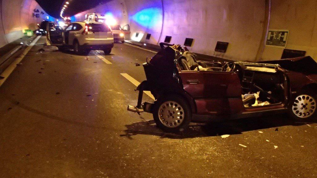 Schwere Kollision im A3-Bözbergtunnel: Junge Autolenkerin kam ums Leben, ihr Beifahrer erlitt schwere Verletzungen.