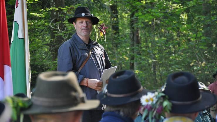 Nils Henn im Element am letzten Banntag: Er spricht mitten im Wald zu seinen Mannen der ersten Rotte. Am kommenden Montag ist es wieder so weit. zvg