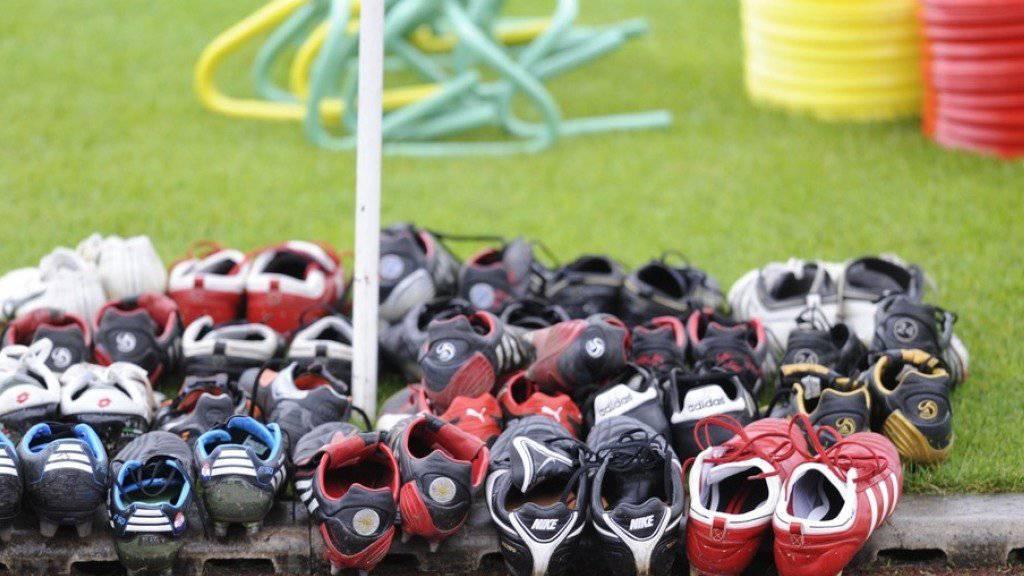 Schuhe aus: Im Kanton Luzern ist ein Drittliga-Fussballspiel wegen Handgreiflichkeiten vorzeitig abgebrochen worden und die Polizei ist eingeschritten. Zwei Personen wurden verletzt. (Symbolbild)