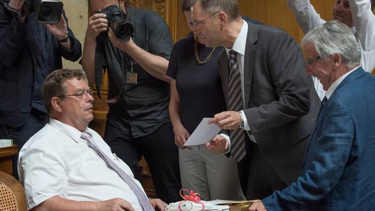 Toni Bortoluzzi (SVP/ZH), links, erhält 2014 von Hans-Peter Portmann (FDP/ZH), Mitte, im Namen aller Fraktionen einen Waschlappen geschenkt für seine schwulenfeindlichen Äusserungen.