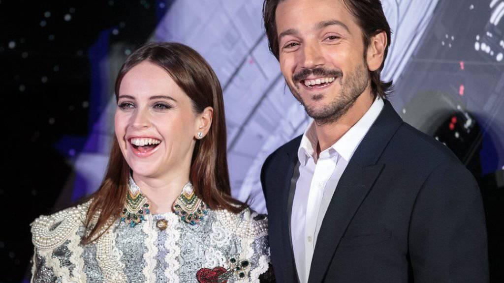 """Felicity Jones (l) und Diego Luna strahlen am 8. Dezember 2016 in Tokyo an der japanischen Premiere von """"Rogue One: A Star Wars Story"""" um die Wette (Archiv)"""