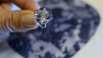 Blauer Diamant mit einem Gewicht von 12,03 Karat. Der nun in Südafrika gefundene Edelstein wiegt mit 20,08 Karat deutlich mehr. (Symbolbild)