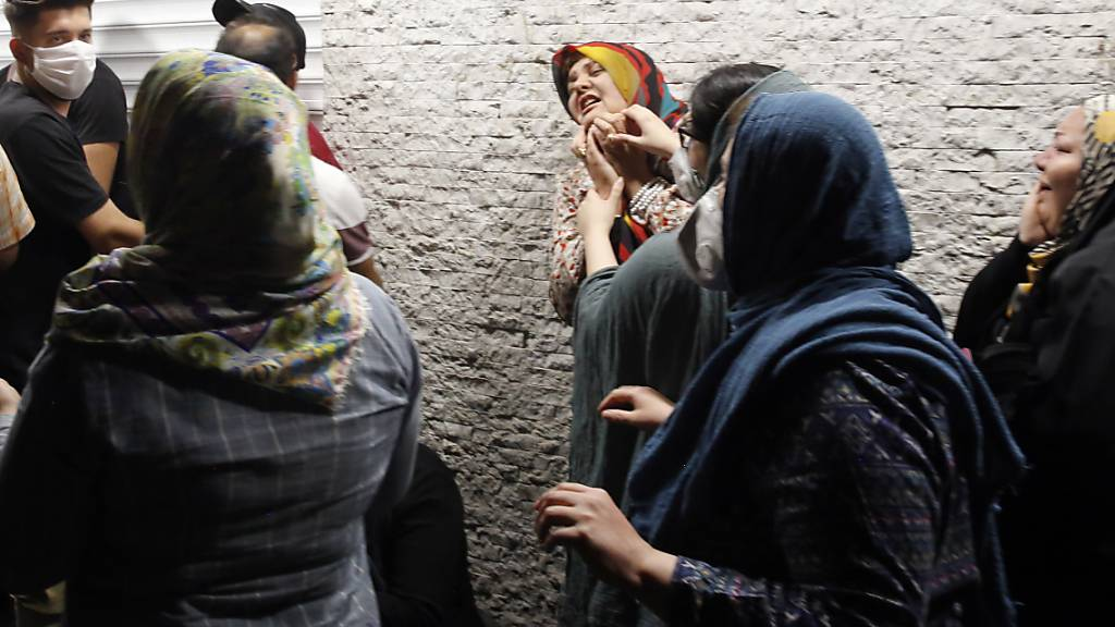 Zahlreiche Personen warteten am Dienstagabend vor einem Spital in Teheran auf Informationen über ihre Angehörigen, die von einer Explosion in einer Privatklinik betroffen waren.