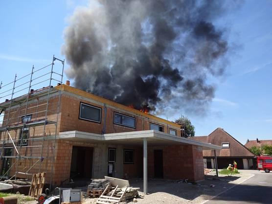 Es brennt auf dem Flachdach eines Neubaus.
