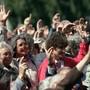 Erstmals nehmen an der Ausserrhoder Landsgemeinde in Trogen AR im April 1990 auch Frauen teil. Ein Jahr zuvor hatten die Ausserrhoder Männer an der denkwürdigen Landsgemeinde in Hundwil das Frauenstimmrecht beschlossen. (Archivbild)