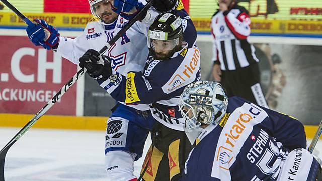 Zugs Tim Ramholt blockt Klotens Marcel Jenni vor Stephan Tor ab.