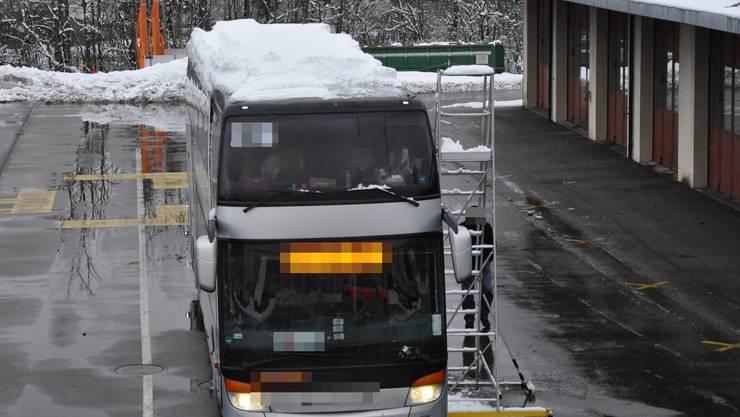 Dieser polnische Reisecar wurde von der Polizei auf der A1 bei Oensingen angehalten