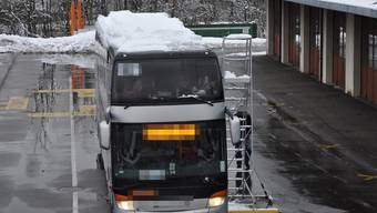 A1: Reisecar wegen Schnee auf Dach angehalten