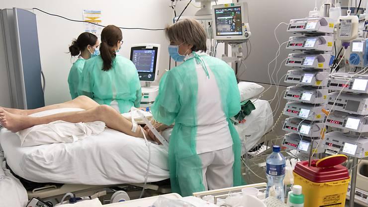 Im Kanton Zürich sind 48 weitere Personen an einer Infektion mit dem Coronavirus gestorben. Im Bild ein Covid-19-Patient auf einer Intensivstation. (Archivbild)