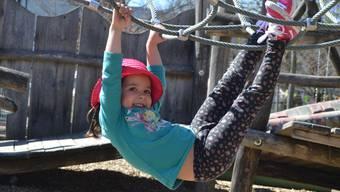 Kinder und Mütter geniessen die Sonne im Chrüzacher.