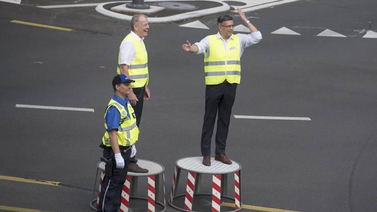 Regierungsrat Stephan Attiger (Mitte) und Badens Stadtammann Markus Schneider (rechts) geben sich als Verkehrspolizisten alle Mühe.