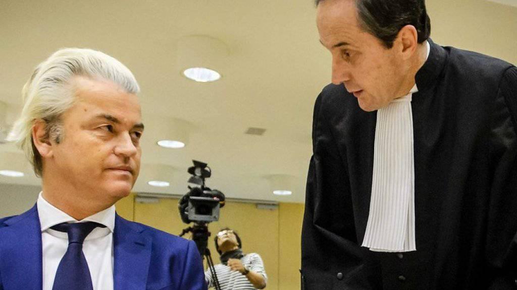 Geert Wilders (l.)  und sein Anwalt Geert-Jan Knoops vor der Verhandlung am Donnerstag.