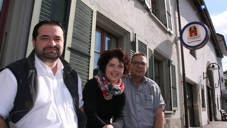 """Der «Gasthof Engel» in Oberentfelden tritt in der Kategorie """"Klassisch"""" an. Das Pächter-Ehepaar Claudia und Vito Lupoli-Kyburz (links) ist in der Region seit Jahren bekannt. Zu Beginn machte auch Sergio Puglia (rechts) beim Projekt mit, stieg dann aber aus."""