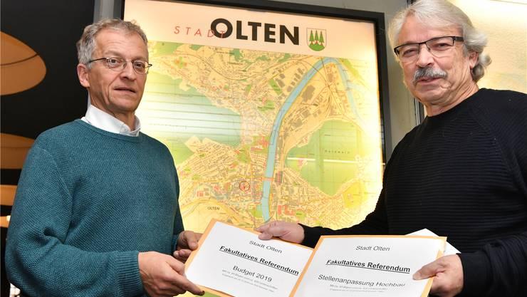 Auf Rolf Sommers (r.) Beschwerde gegen die Ausgabenentscheide der Stadt Olten wird vom Regierungsrat nicht eingetreten (Sommer im Bild rechts bei der Übergabe der Budgetreferendumsunterschriften an Stadtschreiber Markus Dietler).