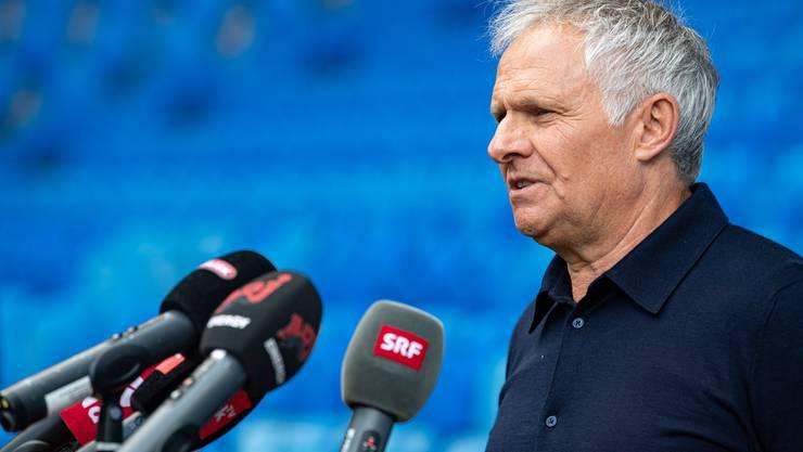 FCB-Sportdirektor Ruedi Zbinden beantwortet im Joggeli auf Distanz die Fragen der Journalisten.