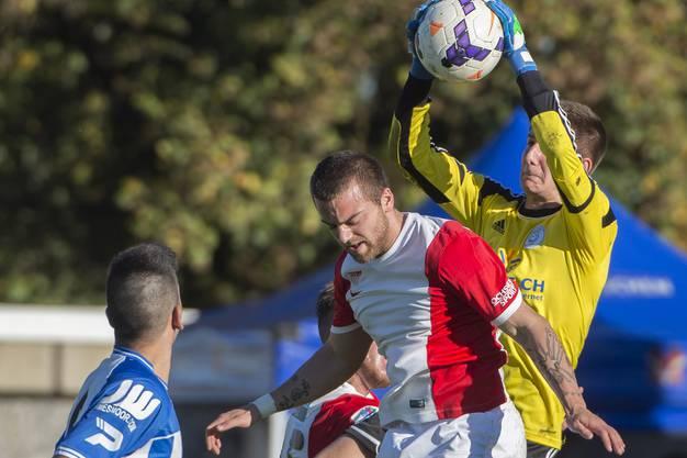 Solothurns Tolga Mertoglu (links) im Kampf um den Ball gegen Grenchens Goalie Diego Schaad.