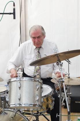 Schlagzeuger Phil Franklin von den Blue Birds of Paradise begeistert mit virtuosem Solo.