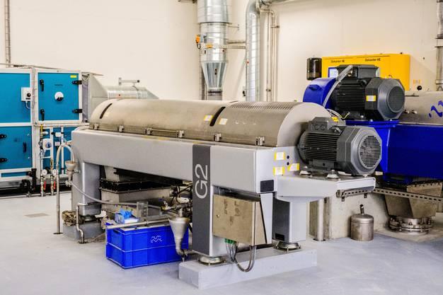 Die ARA in Reinach ist eine Grossbaustelle uns wird ausgebaut, Kapazität verdoppelt. Die neue Anlage ist in Betrieb, jetzt wird die alte ausgebaut und saniert. Ebenso wurden ein neue Faulturm gebaut und eine Filteranlage mit Ozonierung am Schluss der linie angehängt. Die ARA des Abwasserverbandes Oberwynental wird ausgebaut und saniert. Neu: Biogasgewinnung, 4 Filterstufe mit Ozonierung, Klärschlammtrockung Der Klärschlamm wird zentrifugiert, (Wasser noch 75%) und sieht aus wie Humus. Er wird zur Verbrennung abgeführt.