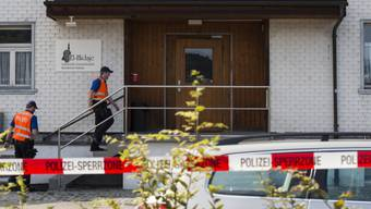 Polizisten vor der Moschee der Islamischen Gemeinschaft El-Hidaje