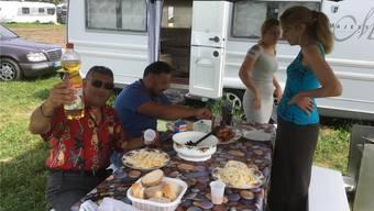 Dieses Foto entstand bei einem Besuch von Till Booz bei den Fahrenden: Man sieht den Gruppenchef mit seiner Familie beim Mittagessen.