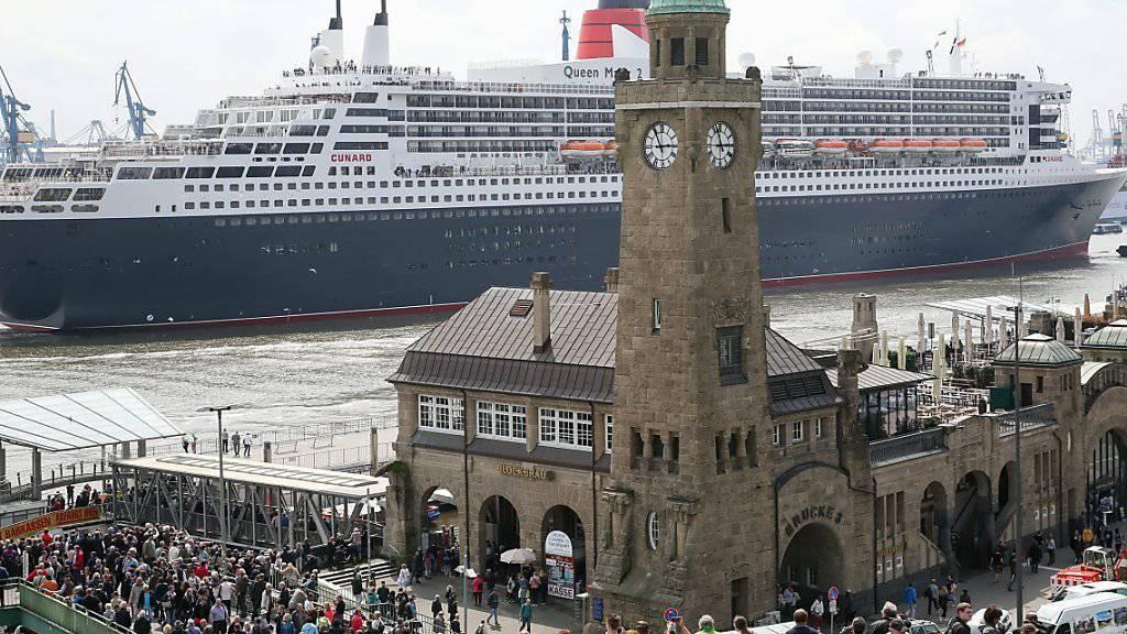 Die «Queen Mary 2» läuft im Hamburger Hafen unter den Augen vieler Schaulustiger aus: Symbol für die boomende Kreuzfahrt-Industrie in Europa. (Archivbild)