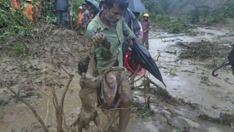 Nach Erdrutschen in Bangladesch sind viele Orte für die Retter kaum zugänglich.