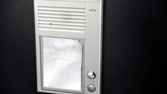 Ein mutmasslicher Einbrecher klingelte an einer Türe in einem Lenzburger Wohnquartier,fragte nach Arbeit und rannte dann davon.