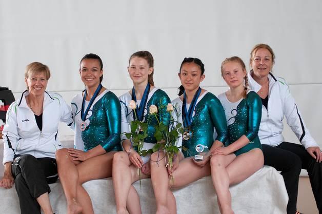 Lana Azhan (4.v.l.) freut sich über den AG Meistertitel im P4A - zusammen mit Doris Busslinger, Saranya, Hannah, Aline und Daniela Keller (v.l.n.r.).