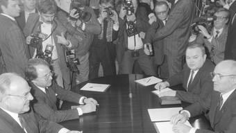 Moskau, 10. Februar 1990: Gorbatschow (vorne rechts) stimmt gegenüber Kohl (vorne links) der Wiedervereinigung zu. Ullstein