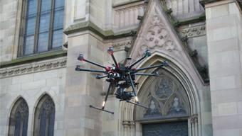 Alt trifft auf Neu: Drohnen vermessen die Elisabethenkirche. (zvg)