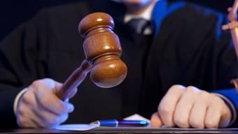 Der Richter sprach den Kantonspolizisten vom Vorwurf des Amtsmissbrauchs und der einfachen Körperverletzung frei. Dennoch wurde der Angeklagte zu einer Busse wegen Tätlichkeit und Beschimpfung verurteilt. (Symbolbild)