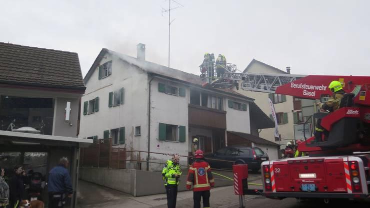 Gegen 14.30 Uhr konnte die Feuerwehr den Brand in einem Einfamilienhaus löschen.