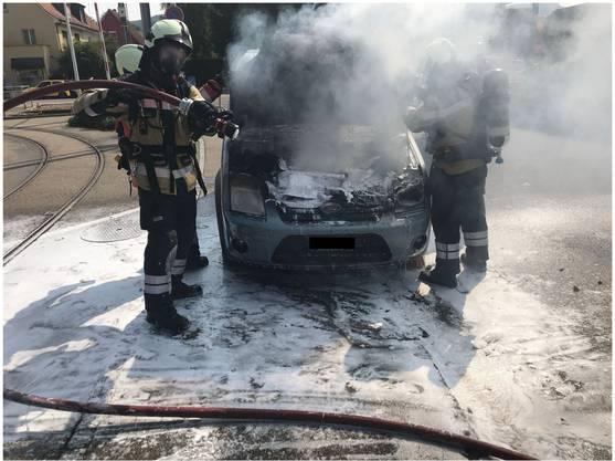Die Feuerwehr konnte das brennende Auto rasch löschen. Verletzt wurde niemand, aber das Fahrzeug wurde komplett zerstört.